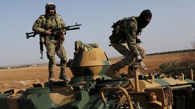 Video: Un rebelde se salva por centímetros de un proyectil del Estado Islámico