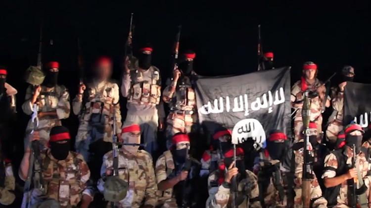 Imágenes perturbadoras: Los terroristas del EI arrojan a un homosexual desde una azotea en Mosul