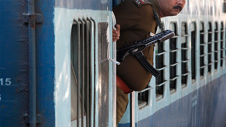 """""""Pura barbaridad"""": En la India desnudan y le cortan el pelo a una adolescente por robar un bolso"""