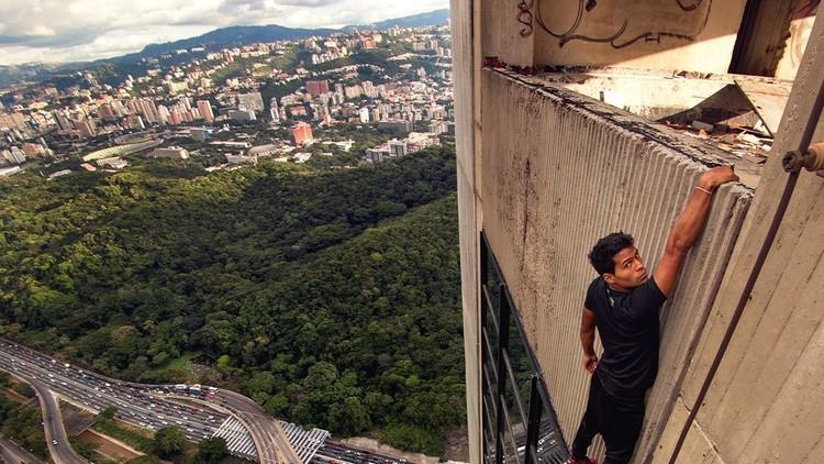 El venezolano que desafía la ley y las alturas (FOTOS)
