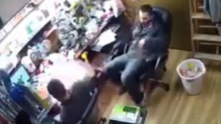 ¿El iPhone 7 también?: El momento en que un teléfono explota en la mano de un hombre (VIDEO)