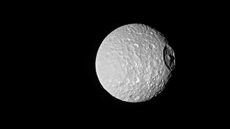 La NASA captura una precisa imagen de la espeluznante 'Estrella de la Muerte' de Saturno