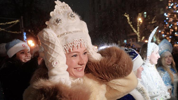 FOTOS: Las bellas nietas del 'Papá Noel ruso' desfilan por el centro de Moscú