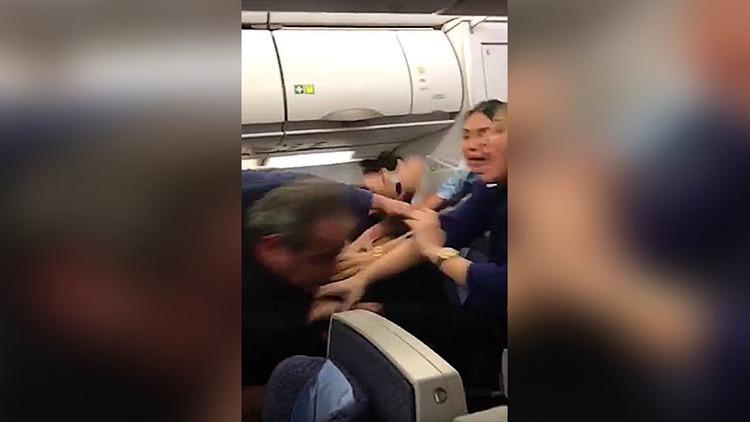 VIDEO: La pelea de dos pasajeros de avión en pleno vuelo provoca un aterrizaje de emergencia