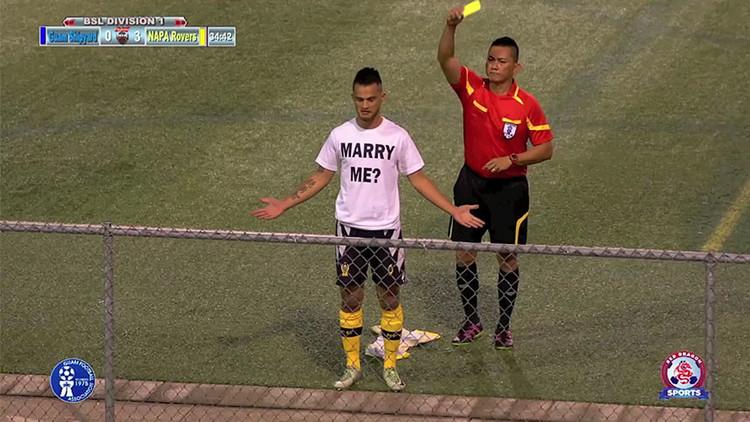 VIDEO: Un futbolista le pide la mano a su novia en pleno partido y recibe una tarjeta amarilla