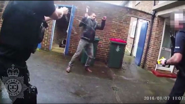 Reino Unido: Un hombre ataca violentamente a dos policías con un martillo (Video)