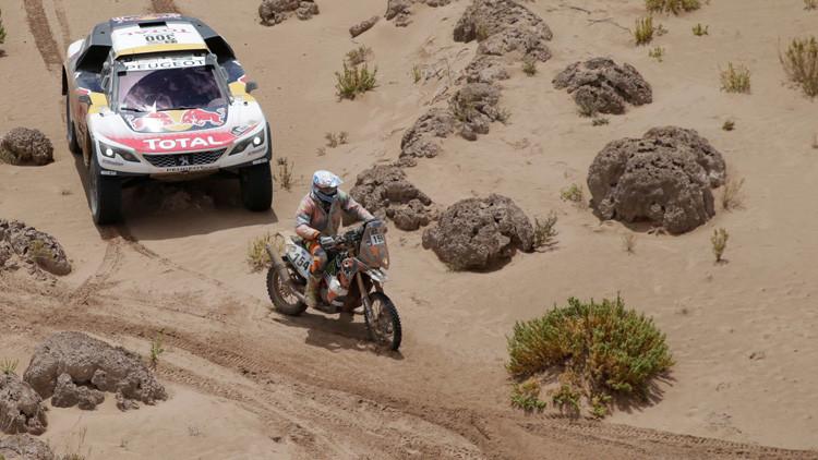 Motorista francés ayuda a participante rusa a levantar su moto en el rally Dakar-2017