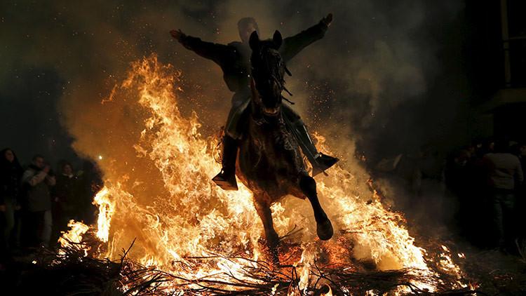 España: Caballos caminan sobre hogueras en antigua tradición de las Luminarias (video)