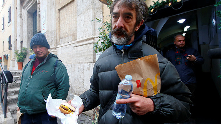 """McDonald's """"cínico"""": Denuncian que las donaciones en el Vaticano son un plan de relaciones públicas"""