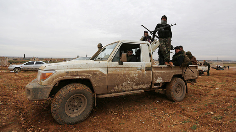 El Estado Islámico rodea la base aérea siria de Deir ez-Zor