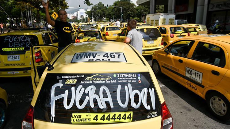 Taxistas en Colombia persiguen y queman un carro de Uber en Bogotá (foto)
