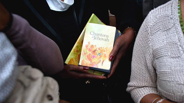 """""""Te quedarás sin paraíso si lo cuentas"""": Ex Testigos de Jehová denuncian """"miles"""" de abusos a menores"""