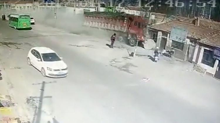 Impactante video: Un camión 'se traga' letalmente una hilera de casas