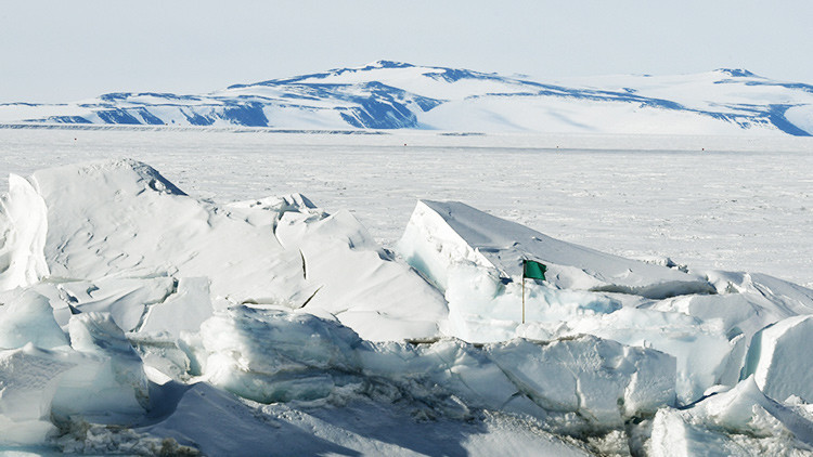 Un dron sobrevuela una grieta de 40 kilómetros aparecida en la Antártida (VIDEO)