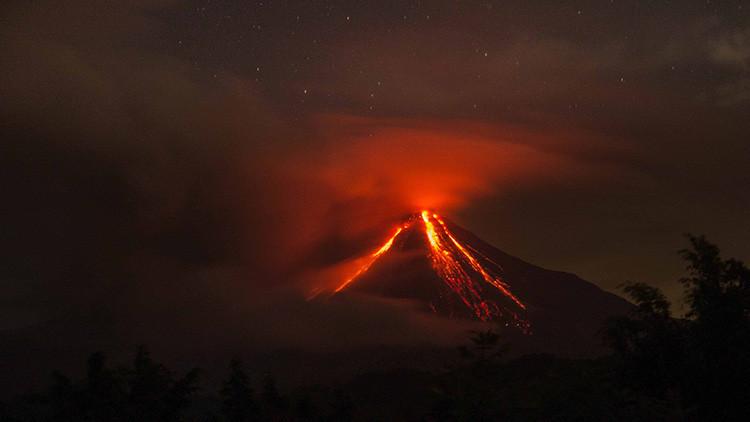 """'Volcán de Fuego' mexicano de Colima lanza fumarola """"de postal"""" (Video, fotos)"""