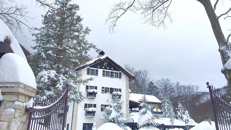 """""""Tememos que estén muertos"""": Avalancha de nieve cubre hotel en Italia donde habría 20 personas"""