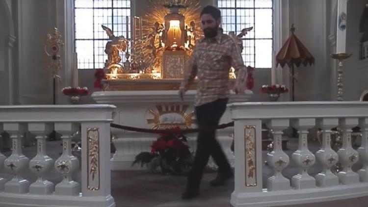 Multado con 700 euros por hacer flexiones en el altar de una iglesia católica (VIDEO)