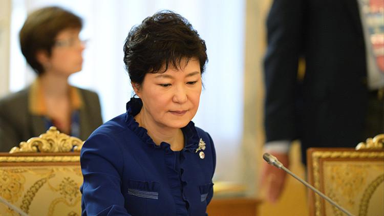 Un exsecretario asegura que la presidenta de Corea del Sur usó móviles ajenos pese a ser ilegal