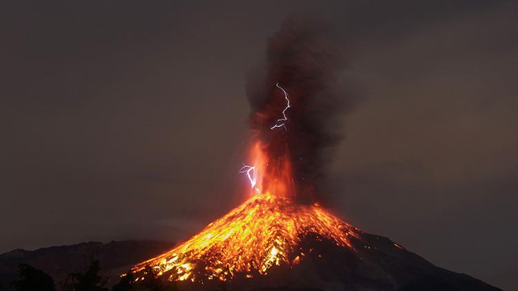 Espectacular video: Así explota el volcán de Colima en México antes de expulsar lava