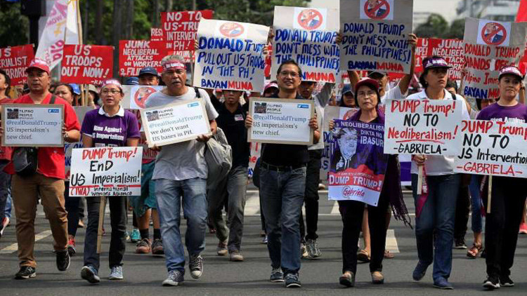 Queman una bandera de EE.UU. frente a la embajada estadounidense en Filipinas (VIDEO)