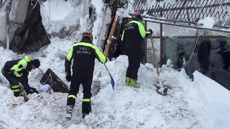 Hallan 11 sobrevivientes bajo los escombros del hotel cubierto por el alud en Italia