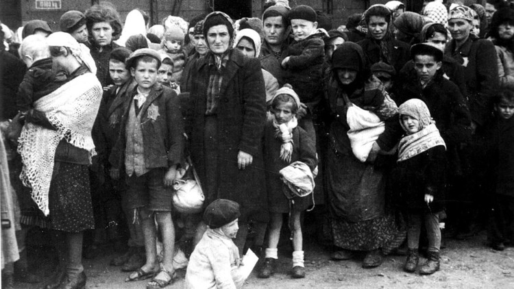 Yolocaust, el proyecto que ridiculiza los selfis en el Memorial del Holocausto