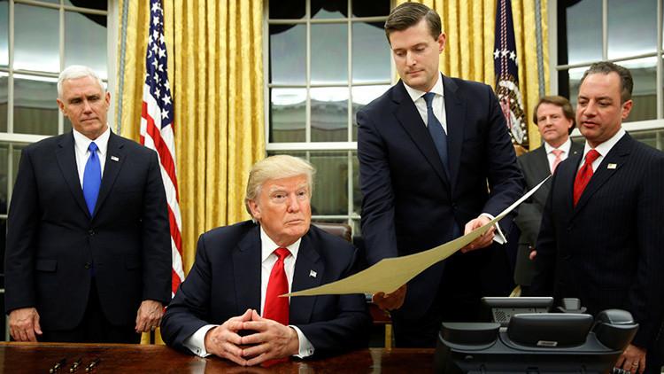 Trump firma orden ejecutiva para que agencias federales reduzcan carga financiera de Obamacare