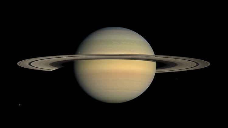 """La NASA publica imágenes únicas de la luna Daphnis, que """"maneja"""" los anillos de Saturno"""