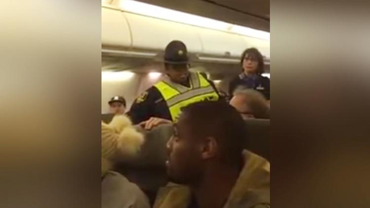 VIDEO: Echan a una mujer de un avión por increpar a un partidario de Trump