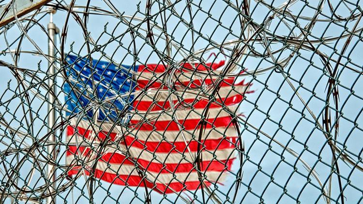 EE.UU.: Una víctima de violación pasa un mes en la cárcel
