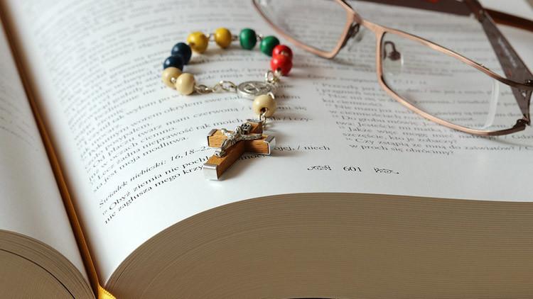 EE.UU.: Dos acusados de violar a una niña se defenderán ante la Corte con la sola ayuda de la Biblia