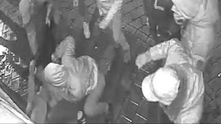 España: Una cámara de seguridad capta una brutal agresión a una joven en la puerta de un pub (VIDEO)