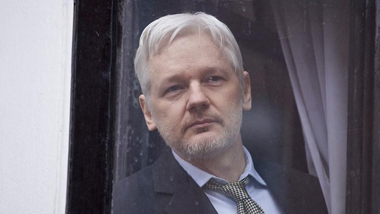 """""""¡No soy idiota!"""": Assange se enoja al preguntársele por su promesa de aceptar extradición a EE.UU."""