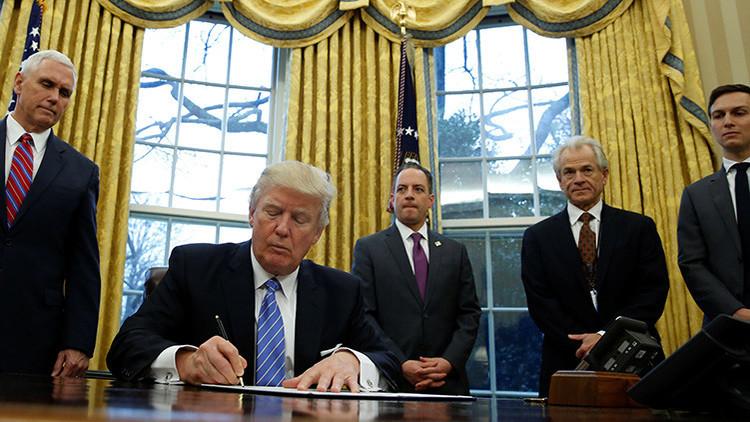¿Qué hay de inusual en esta foto de Trump firmando uno de sus primeros decretos?