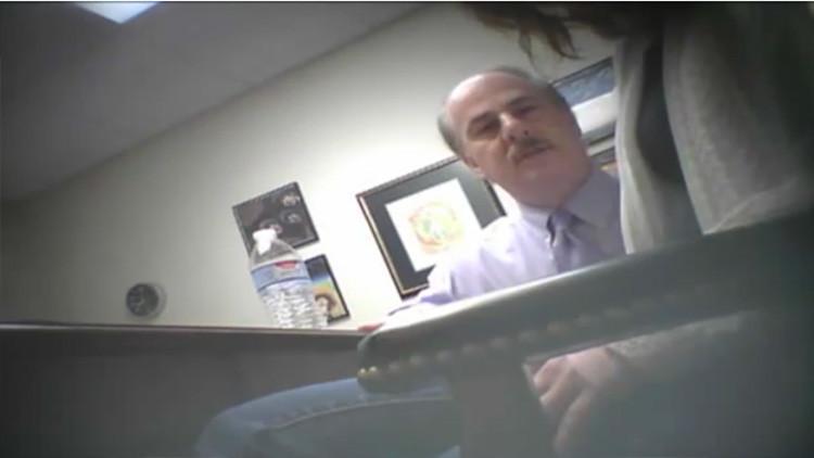 Video: Mujer graba el momento en que su abogado la hipnotiza e intenta abusar de ella