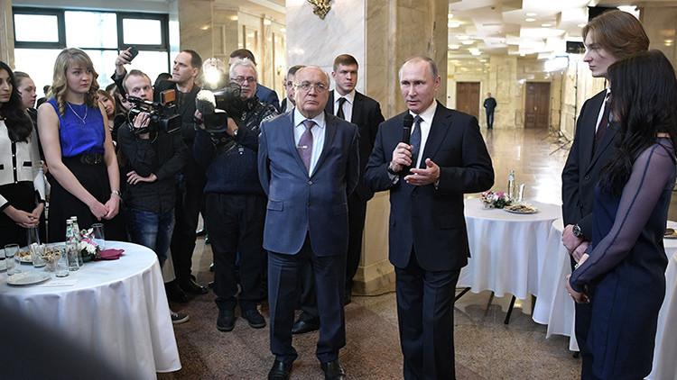 Putin revela sentirse muy orgulloso de su certificado de carpintero