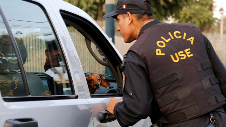 Perú: Los modos violentos usados por un policía para interrogar delincuentes genera polémica (VIDEO)