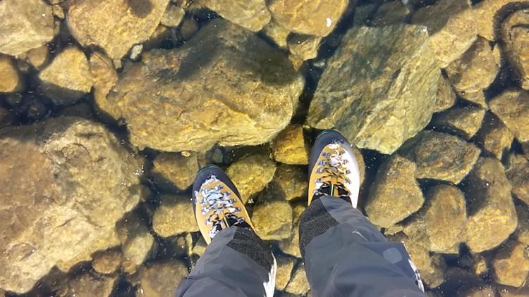 Un hombre 'camina sobre las aguas' debido a un insólito fenómeno natural (FOTOS)