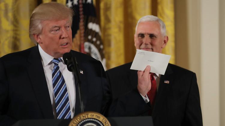 """Trump habla de la """"preciosa"""" carta  que le dejó Obama"""