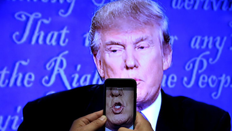 """¿Qué teléfono usa el presidente?: Trump prefiere utilizar su """"viejo e inseguro"""" dispositivo móvil"""