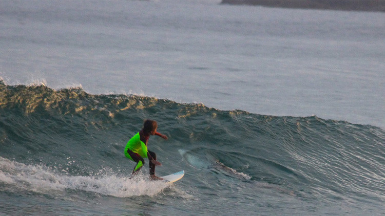 FOTO: Un padre capta cómo un tiburón asesino se acerca por sorpresa a su hijo mientras surfea