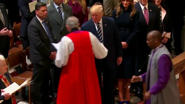 ¿Se negó Trump a saludar a un sacerdote afroamericano? (Videos)
