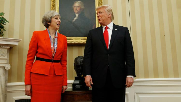 Video: Donald Trump y Theresa May 'hacen manitas' mientras caminan por la Casa Blanca