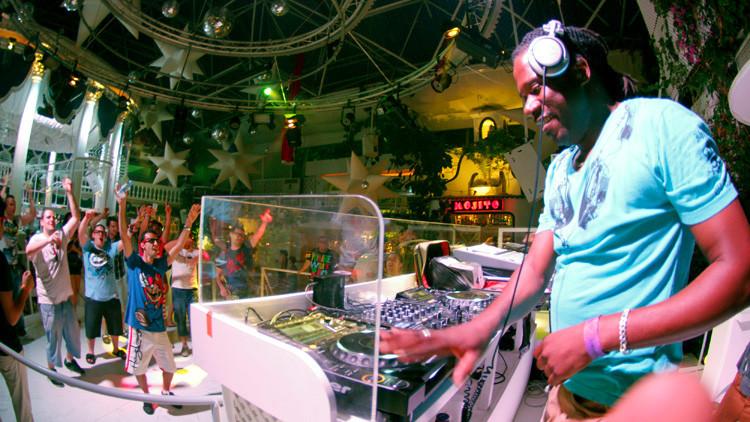 El comportamiento indecente de los turistas británicos desborda a la Policía de Ibiza