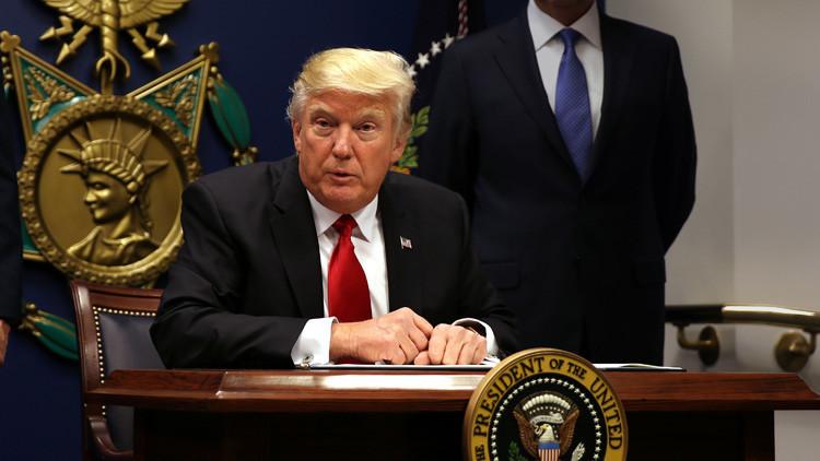 """Trump acusa a dos senadores de """"tratar siempre de empezar la Tercera Guerra Mundial"""""""