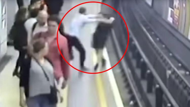 Video: Un hincha inglés empuja a un polaco a las vías del metro porque creía que era ruso