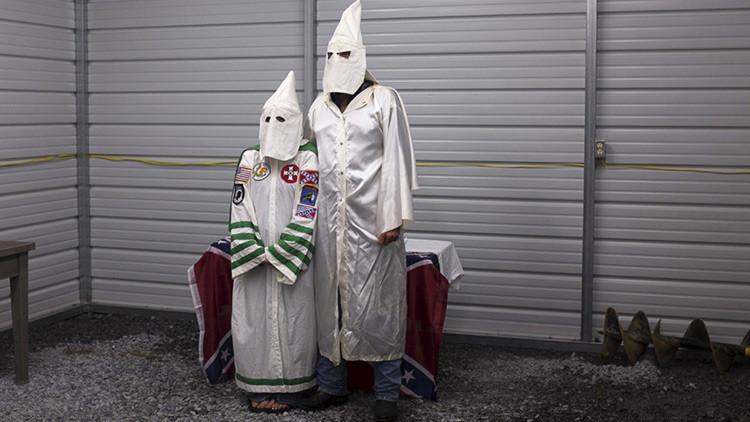 """""""El Klan está despierto"""": el Ku Klux Klan reparte folletos ofreciendo sus servicios en EE.UU."""
