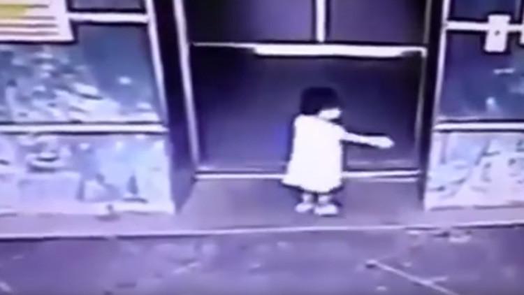 FUERTE VIDEO: Una madre salva a su hija con una milagrosa patada