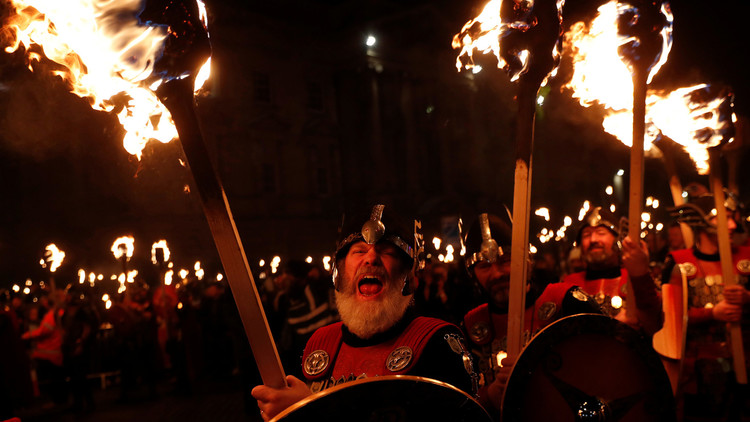 VIDEO: Miles de personas celebran el festival vikingo anual Up Helly Aa en Escocia