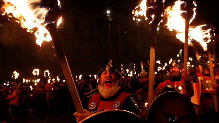 VIDEO: Miles de personas celebran el festival vikingo anual Up Helly Aa en Escocia